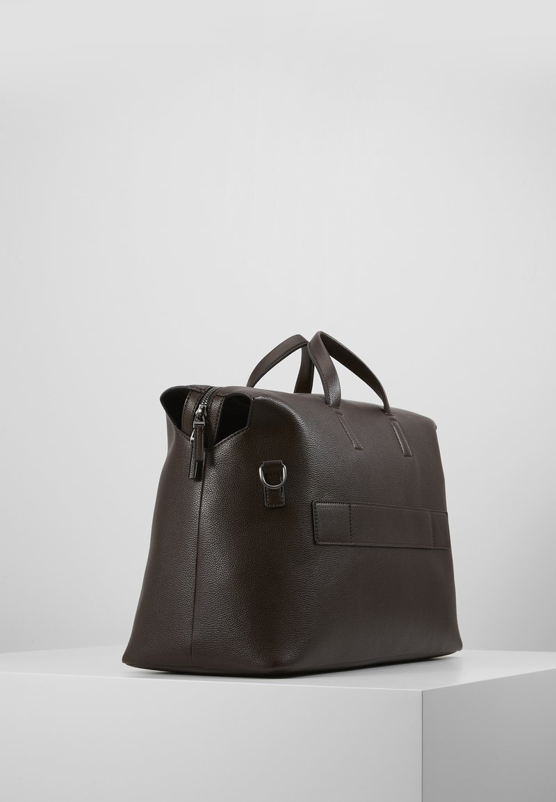 Calvin Klein - POCKET WEEKENDER - Sac week-end - brown