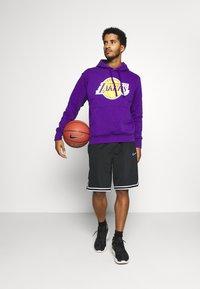Nike Performance - NBA LOS ANGELES LAKERS ESSENTIAL HOODIE - Klubové oblečení - field purple/amarillo - 1
