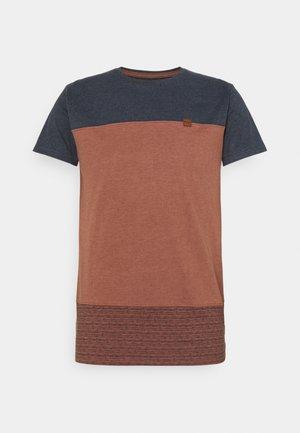 HAMMOND - T-shirt med print - rootbeer