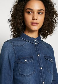 Vero Moda - VMMARIA SLIM  - Button-down blouse - medium blue denim - 3