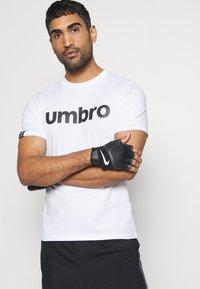 Umbro - LINEAR LOGO GRAPHIC TEE - Triko spotiskem - brilliant white - 3