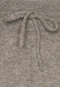FTC Cashmere - TROUSERS - Teplákové kalhoty - truffle - 2