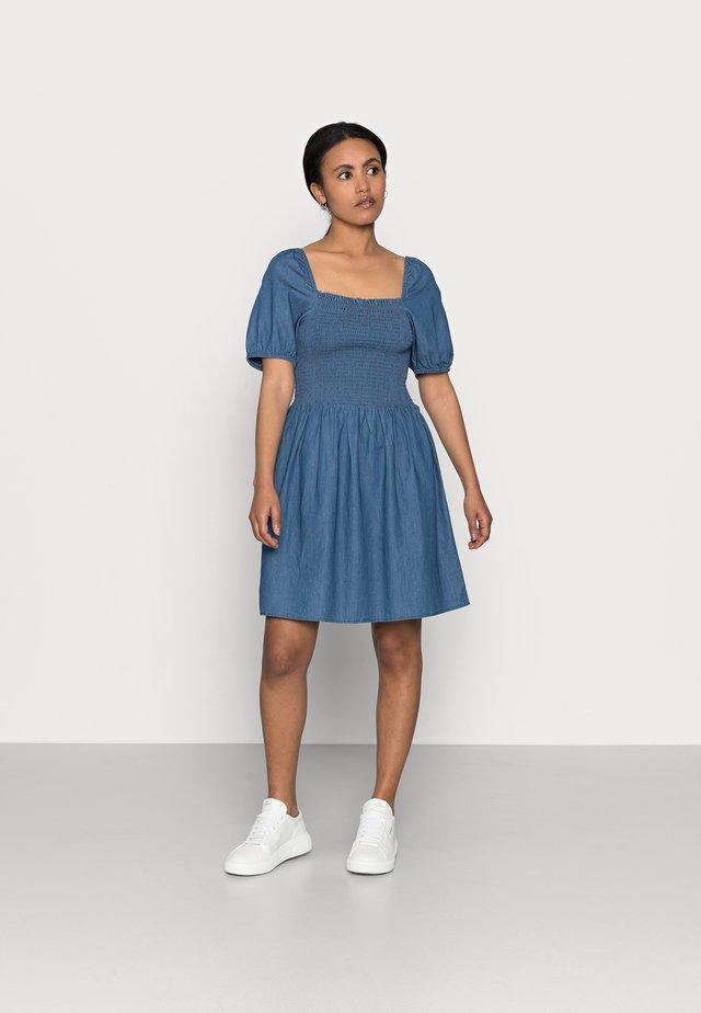 PCTAYLA OFF SHOULDER DRESS - Korte jurk - medium blue denim