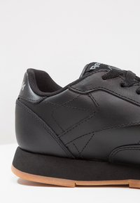 Reebok Classic - CLASSIC LEATHER CUSHIONING MIDSOLE SHOES - Trainers - black - 5