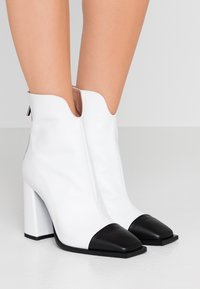 MSGM - Kotníková obuv na vysokém podpatku - white - 0