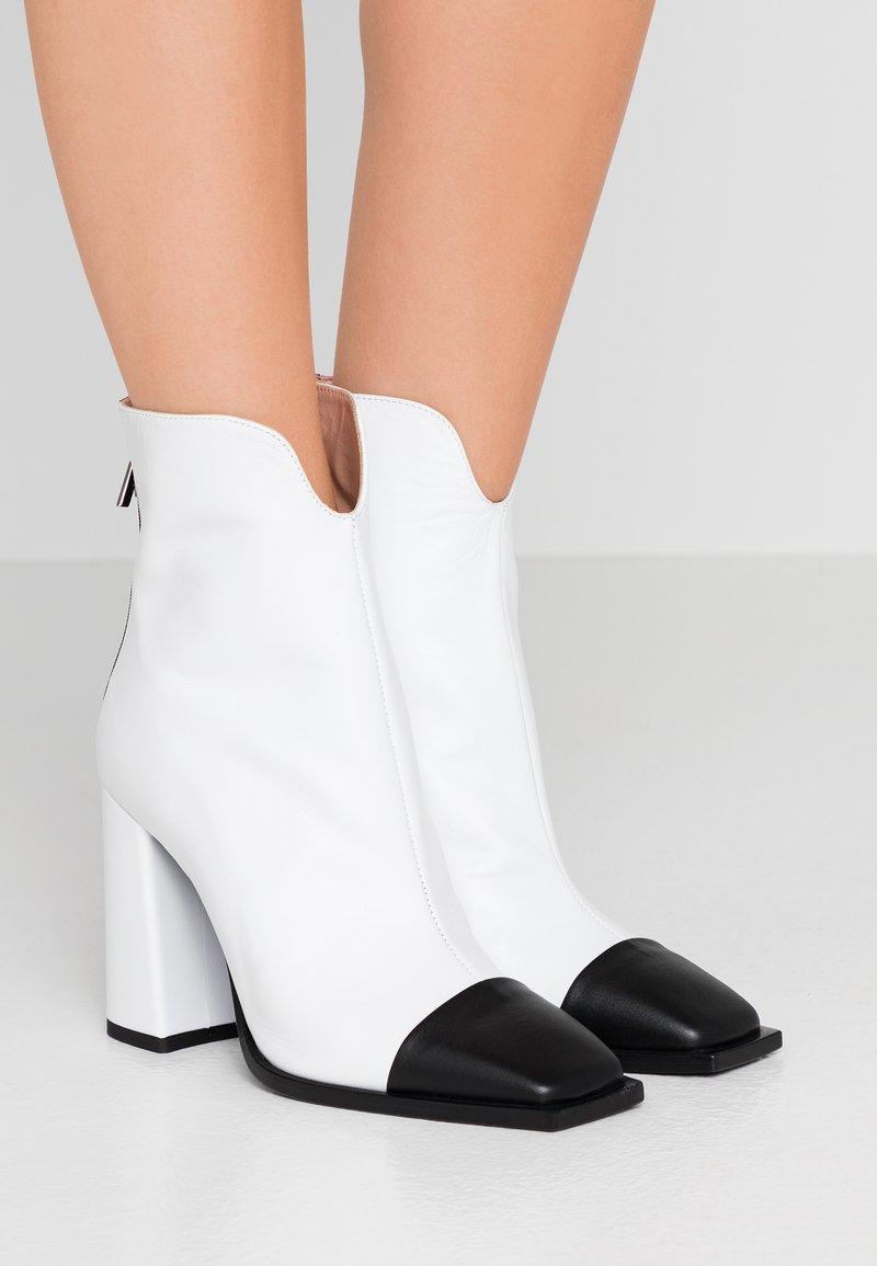 MSGM - Kotníková obuv na vysokém podpatku - white