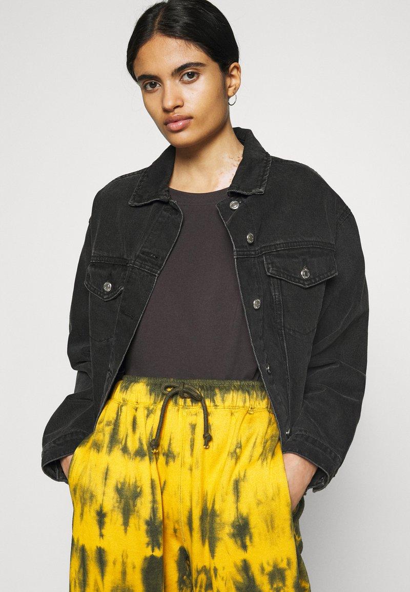 Missguided - TIE DYE JOGGER - Pantalones deportivos - brown