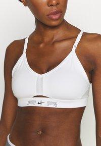 Nike Performance - AIR INDY CUTOUTBRA - Brassières de sport à maintien léger - white/pure platinum/black - 4