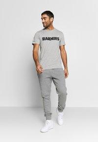 New Era - NFL SNOOPY TEE OAKLAND RAIDERS - T-shirts print - gray - 1