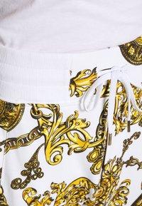 Versace Jeans Couture - PRINT REGALIA BAROQUE - Verryttelyhousut - bianco/gold - 7