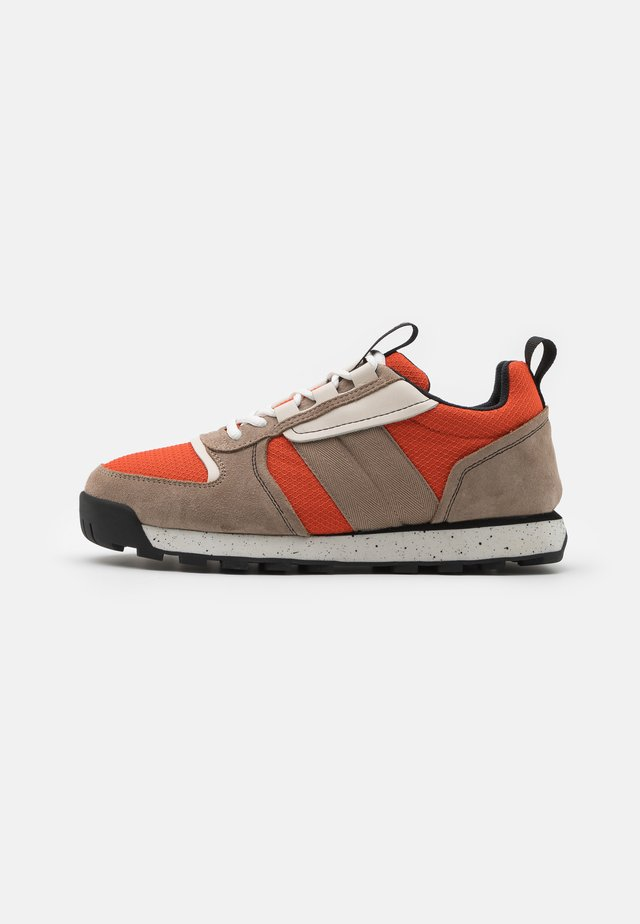 RETRO HIKER - Trainers - flame