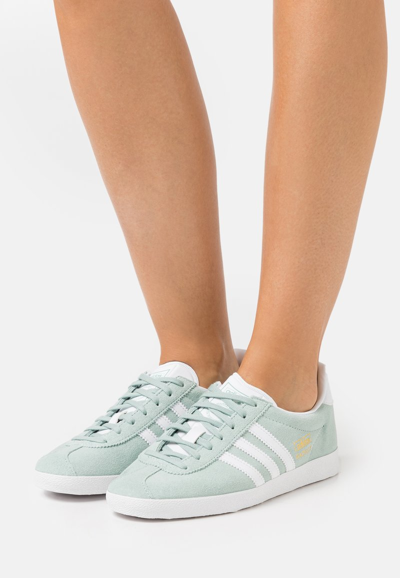 adidas Originals - GAZELLE  - Baskets basses - haze green/footwear white/gold metallic