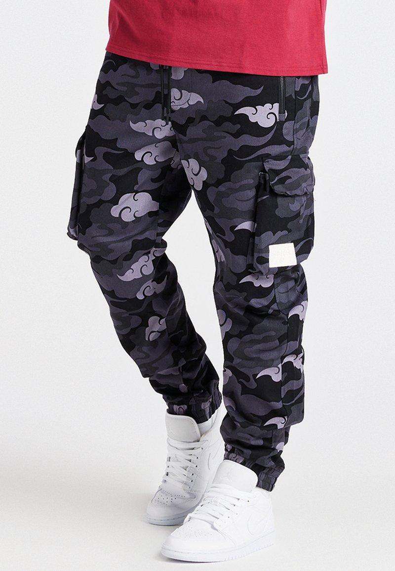 SIKSILK - CAMO AOKI PANT - Reisitaskuhousut - black/grey