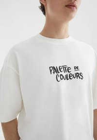 PULL&BEAR - MIT FARBPALETTE - T-shirt med print - off-white - 3