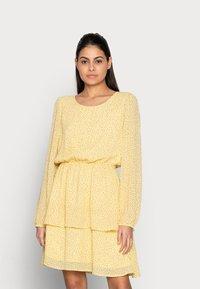 Moss Copenhagen - LINOA RIKKELIE DRESS - Day dress - banana - 0