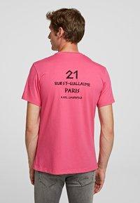 KARL LAGERFELD - Print T-shirt - fuchisa - 1