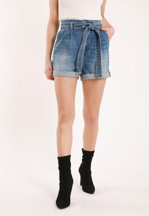 MIT HOHEM BUND - Denim shorts - blue denim