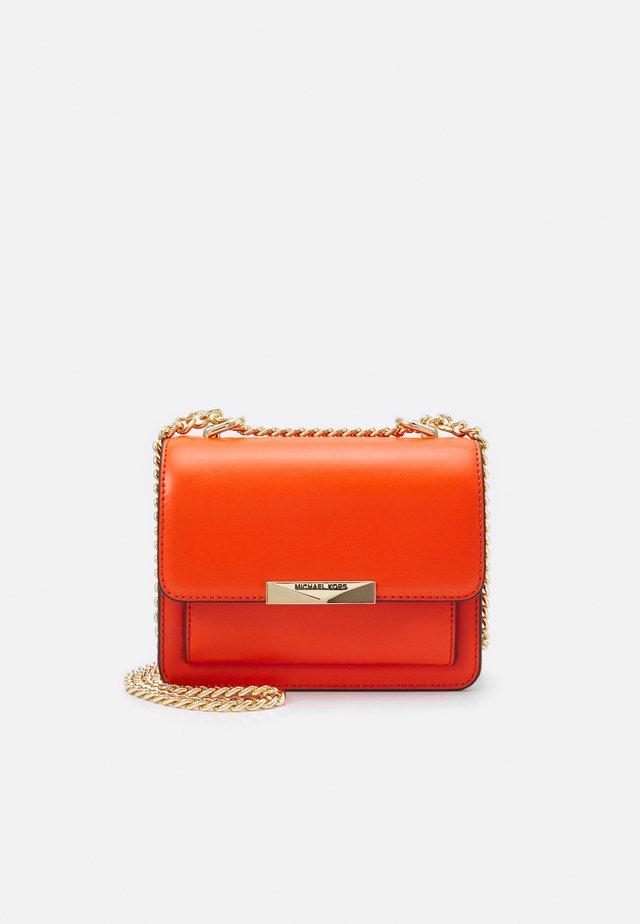 JADE GUSSET CROSSBODY - Across body bag - clementine