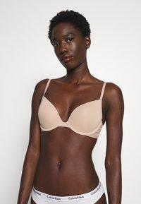 Calvin Klein Underwear - ONE MICRO PLUNGE - Olkaimettomat/muut rintaliivit - honey almond - 0