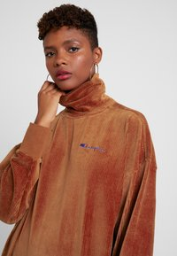 Champion Reverse Weave - HIGH NECK - Sweater - brown - 4