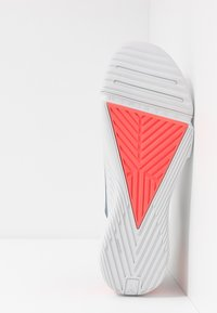 Under Armour - TRIBASE REIGN - Obuwie treningowe - pitch gray/halo gray/beta red - 4