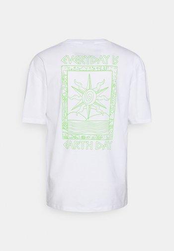 EARTH DAY TEE UNISEX - T-shirt med print - white