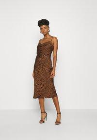Good American - LEOPARD SLIP DRESS - Robe d'été - chai - 1