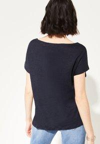 comma casual identity - MIT NETZ-EINSATZ - Print T-shirt - marine - 1