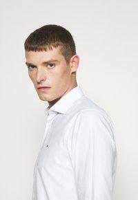 Tommy Hilfiger Tailored - DOBBY DESIGN CLASSIC - Formální košile - white - 5