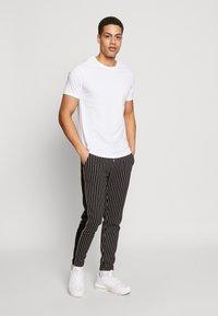 Burton Menswear London - 5 PACK - T-shirt - bas - white - 0