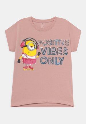 NKFMINIONS JANA  - T-shirt con stampa - pale mauve