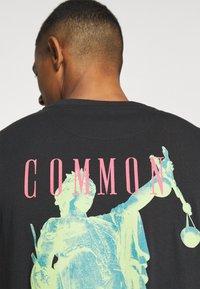 Common Kollectiv - ROSE TEE UNISEX  - Print T-shirt - washed black - 4