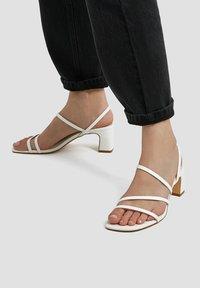 PULL&BEAR - MIT ABSATZ UND RIEMCHEN - Sandals - white - 0
