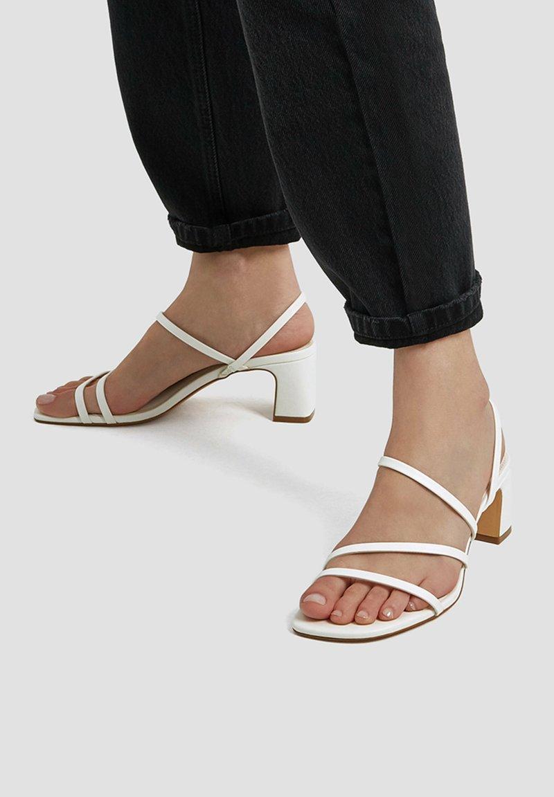 PULL&BEAR - MIT ABSATZ UND RIEMCHEN - Sandals - white
