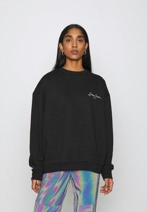 SJXMG SCRIPT LOGO CREW NECK - Sweatshirt - black