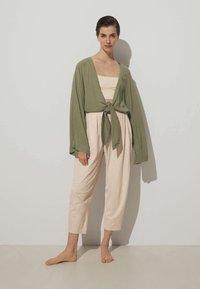 OYSHO - GEKNOTETE  - Cardigan - green - 1