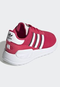 adidas Originals - LA TRAINER LITE SHOES - Trainers - pink - 5