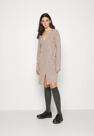 YASBETH KNIT WRAP DRESS - Sukienka dzianinowa - crystal gray