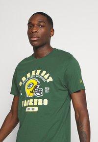 New Era - NFL GREEN BAY PACKERS HELMET AND WORDMARK TEE - Klubové oblečení - green - 4