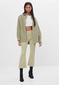 Bershka - SCHLAGHOSE - Flared Jeans - khaki - 1
