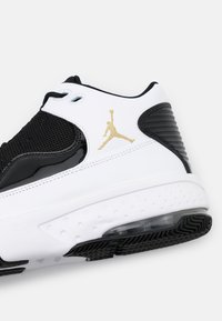 Jordan - MAX AURA 2 - Höga sneakers - white/metallic gold/black - 5