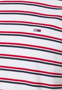 Tommy Jeans - TWO TONE STRIPE CLASSIC TEE - Triko spotiskem - red - 2