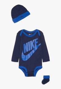 Nike Sportswear - FUTURA LOGO LONG SLEEVE HAT BOOTIE BABY SET - Čepice - midnight navy - 0