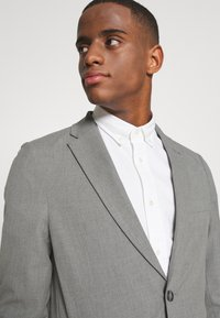 Isaac Dewhirst - THE RELAXED SUIT  - Oblek - light grey - 6
