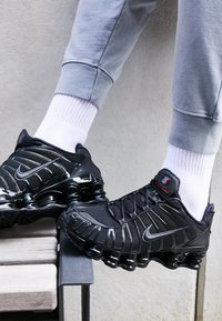 Nike Sportswear - Nike Shox TL Herrenschuh - Trainers - black/metallic hematite/max orange - 7