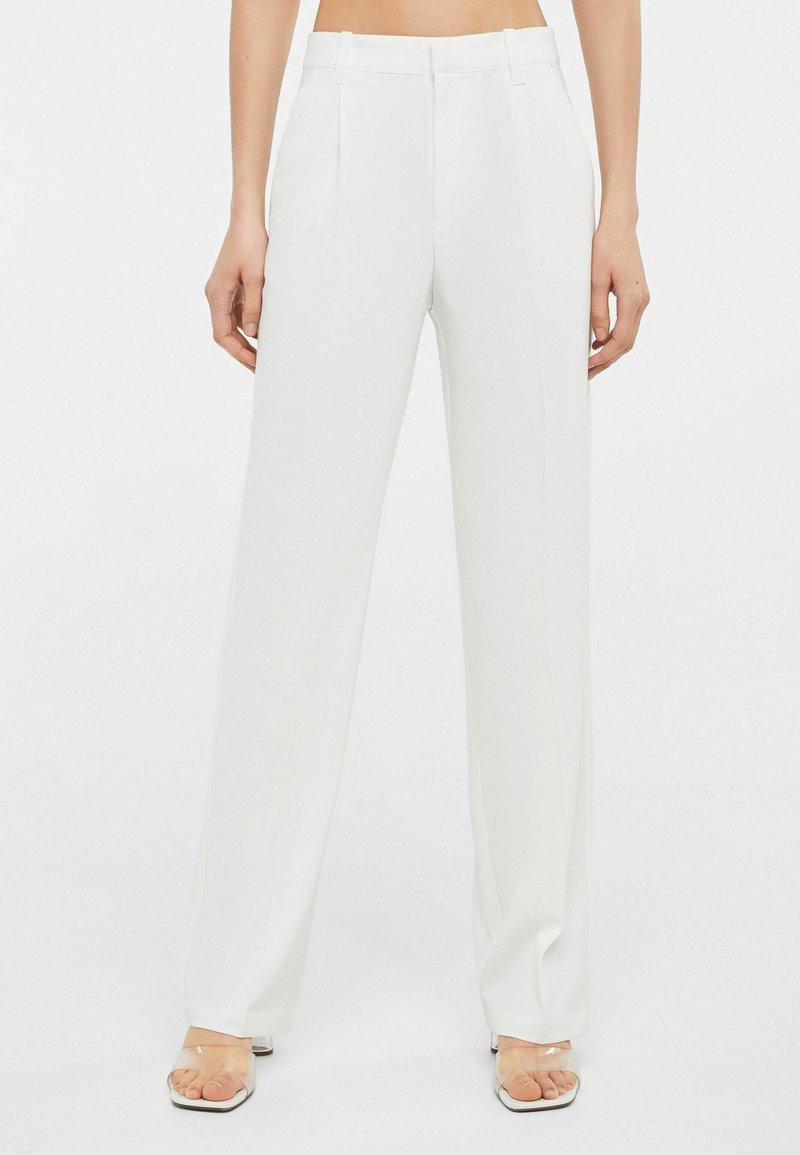 Bershka - Spodnie materiałowe - white