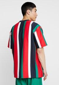 Karl Kani - SIGNATURE TEE - Camiseta estampada - navy/red/green/white - 2