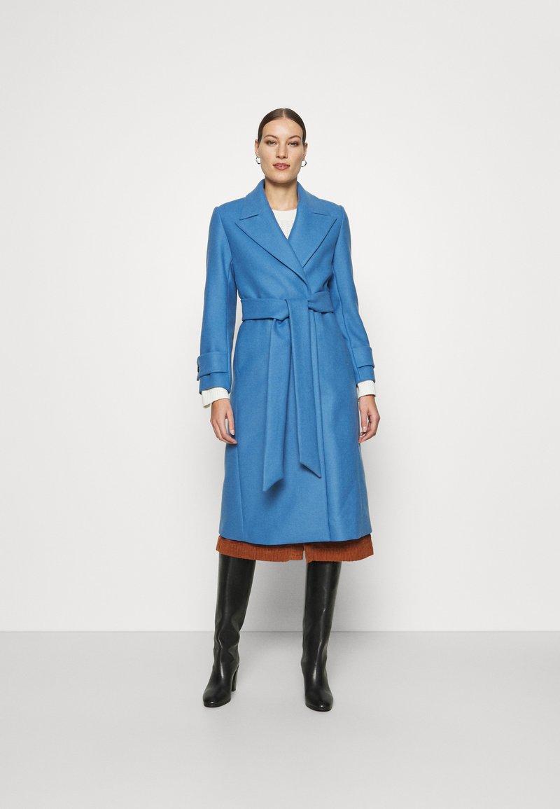 IVY & OAK - BELTED COAT - Zimní kabát - allure blue