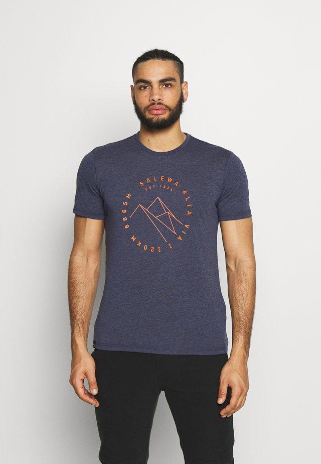 ALTA VIA DRY TEE - T-shirt z nadrukiem - premium navy melange