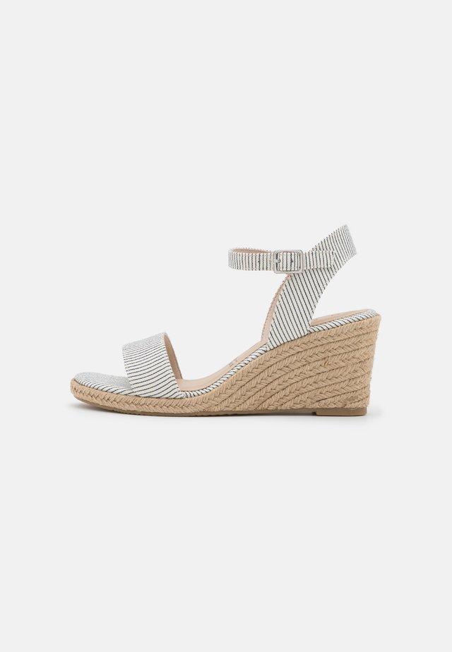 Sandalen met sleehak - denim